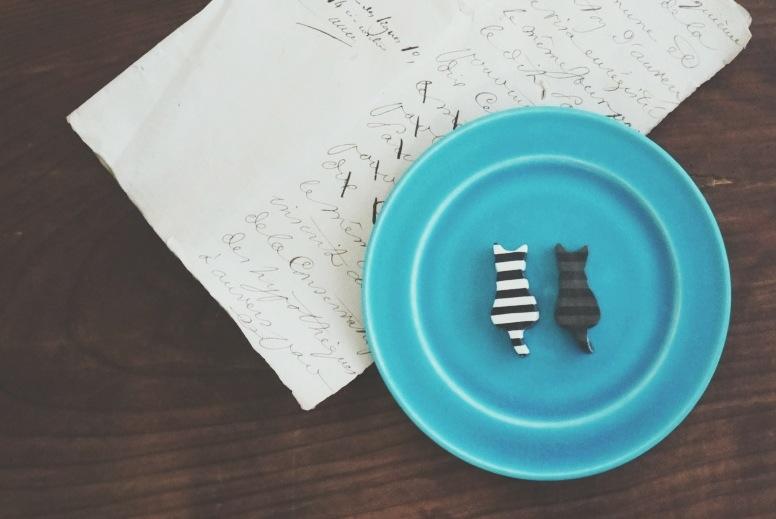 エメラルドブルーリム皿と猫箸置き